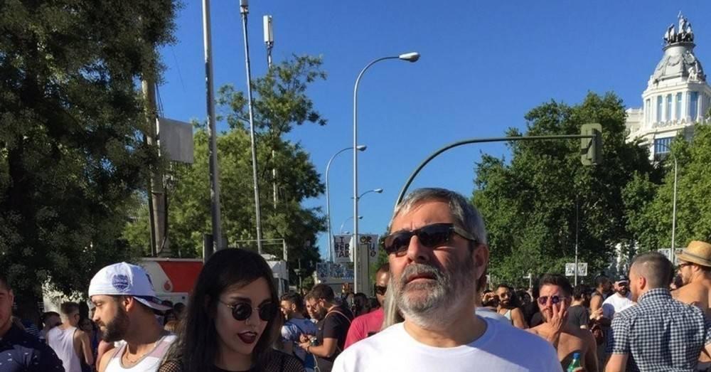La camiseta viral de un padre que acompañó a su hija a la marcha del orgullo