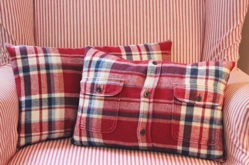 Cómo hacer una funda para almohadas con una camisa reciclada