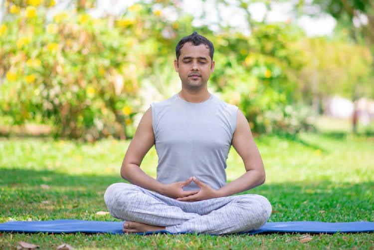 Hombre practicando dhyana mudra