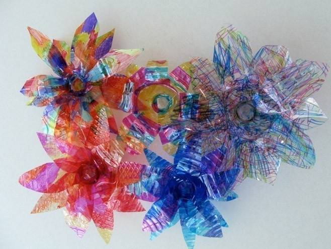 Transforma las botellas PET en flores decorativas