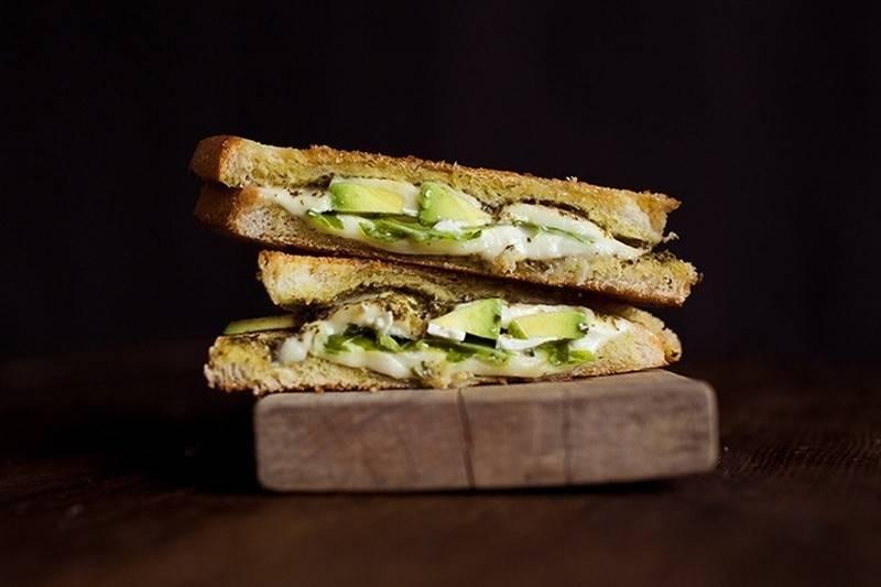 Sándwich con aguacate y queso