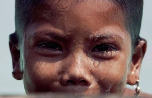 Los niños de esta tribu tienen ojos de delfín