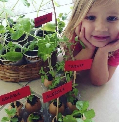 Madre e hija siembran plantines y los regalan a sus vecinos