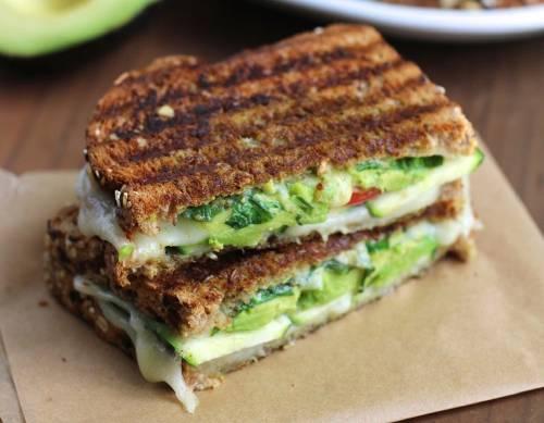 Sándwich de zucchini y aguacate con queso y pesto