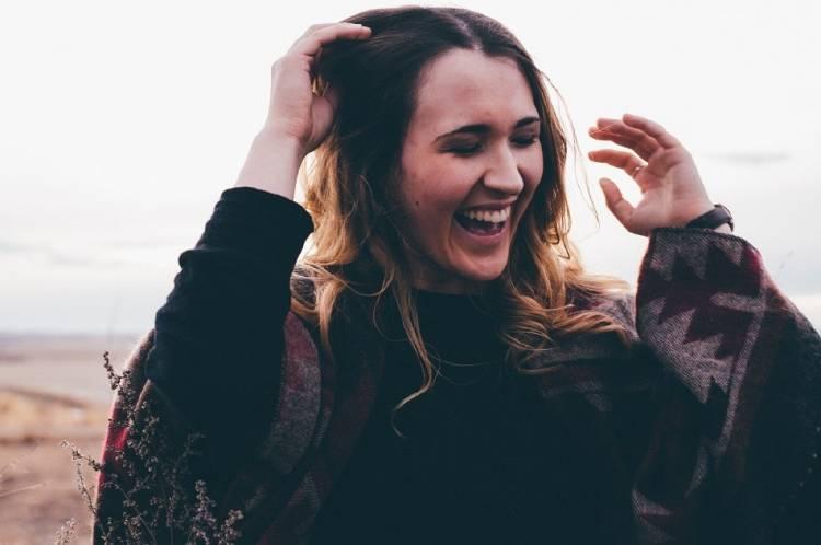 Una mujer riéndose