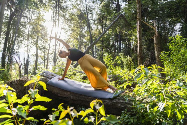 Mujer practicando yoga con su mat
