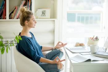 Una mujer meditando en su escritorio
