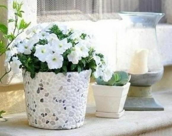 C mo hacer macetas decoradas con yeso y piedras naturales for Bioguia jardines