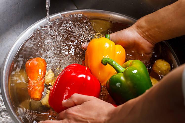 Limpiar verduras bajo el agua del grifo