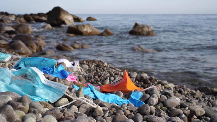 plastico basura playa cubrebocas