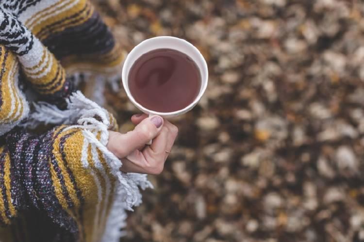 Una mujer sostiene una taza de té