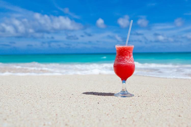 Este hotel en Maldivas te ofrece una playa privada para que trabajes desde allí