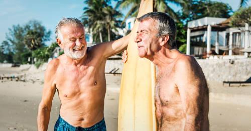 dos viejos amigos surfistas divirtiendose en la playa