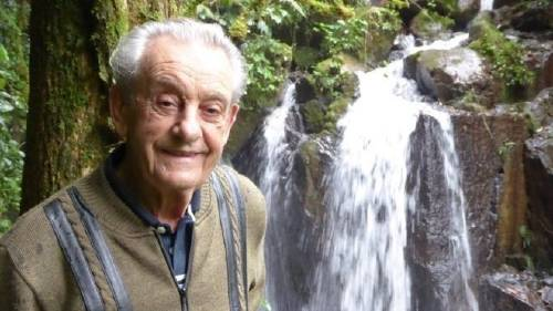 Este hombre plantó 50.000 árboles con sus manos y ahora vive en su propia se..