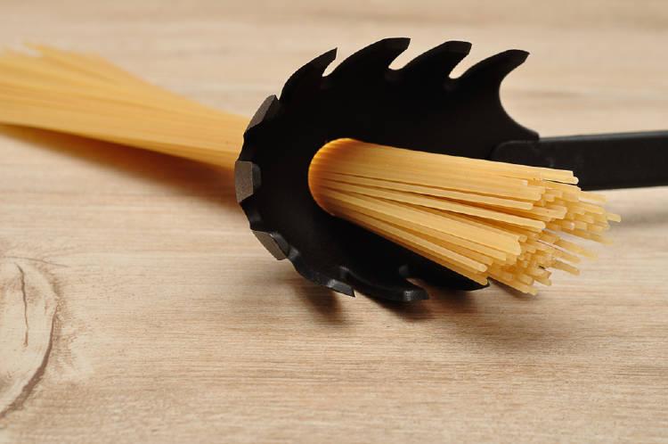 Utensilios que has usado mal: la cuchara de la pasta