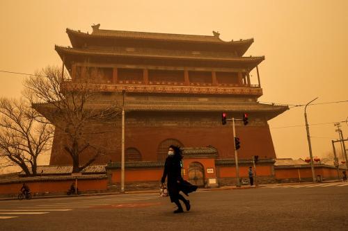La ciudad de Pekín amaneció envuelta en una asfixiante niebla marrón