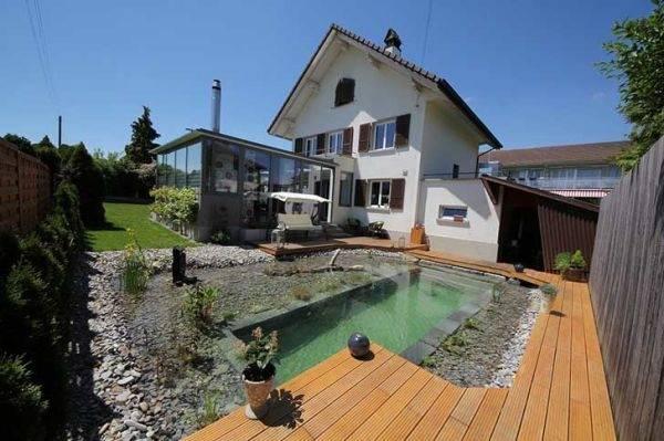 Una familia construyó por sus propios medios una piscina natural en el patio ..