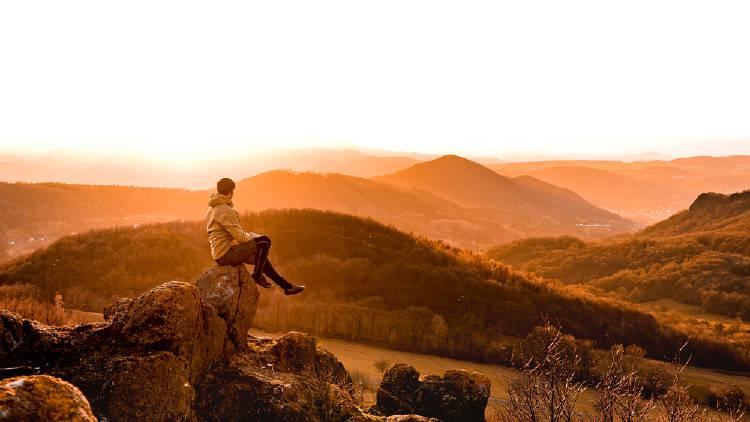 hombre solitario montañas