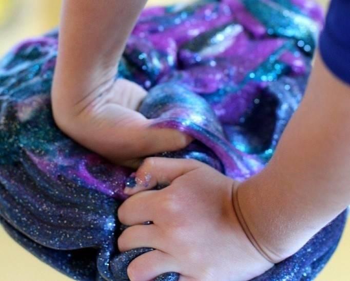 Cómo hacer masa de galaxia para jugar con tus niños