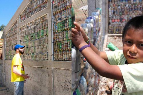 Guatemala: comunidades edifican más de 100 escuelas con residuos no reciclables