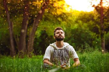 hombre medita al aire libre