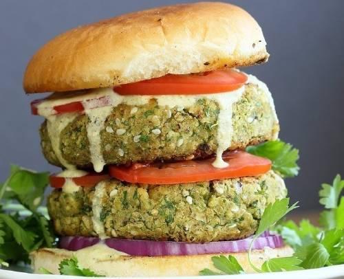 Súper hamburguesa completa de falafel y vegetales