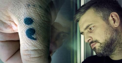 Si ves a alguien con un tatuaje de punto y coma, debes saber que tiene un profundo significado
