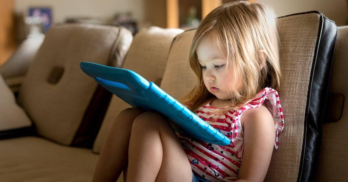 Pasar mucho tiempo con pantallas, ¿puede retrasar el desarrollo del niño?