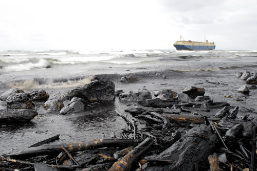 Un barco encallado vierte toneladas de petróleo en la isla Mauricio