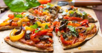 riquisima pizza vegetariana cortada