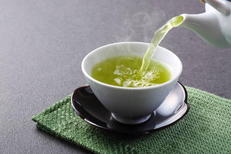 te verde en taza estilo oriental