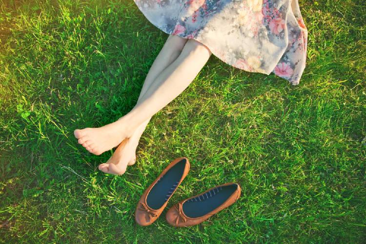 Las piernas de una mujer sobre el césped