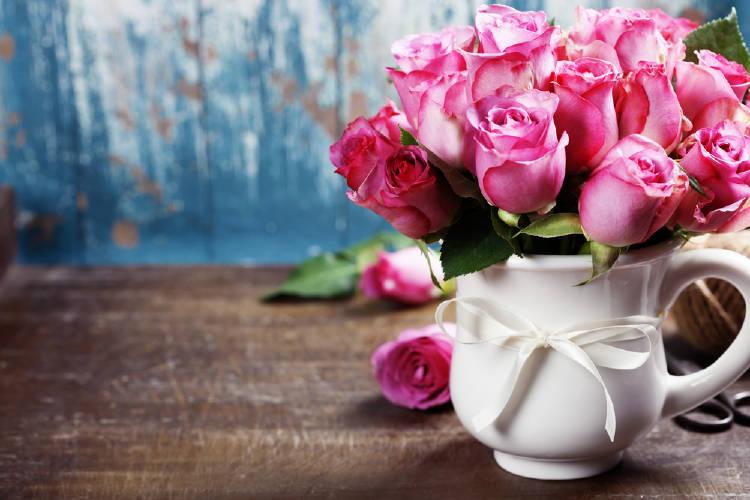 Rosas en un jarro blanco