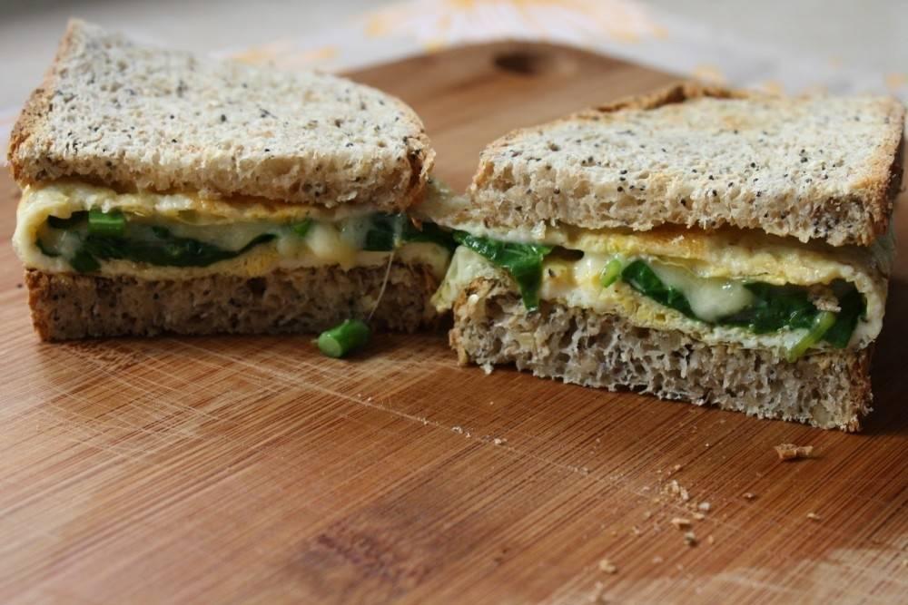 Sándwich de omelette con espinacas y tomates secos