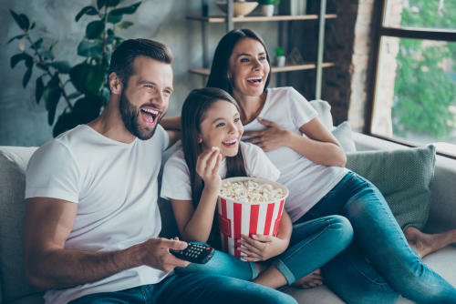 Familia mirando película