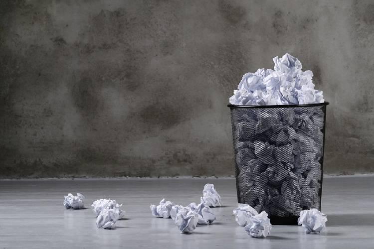 papelera llena de basura papel desechos