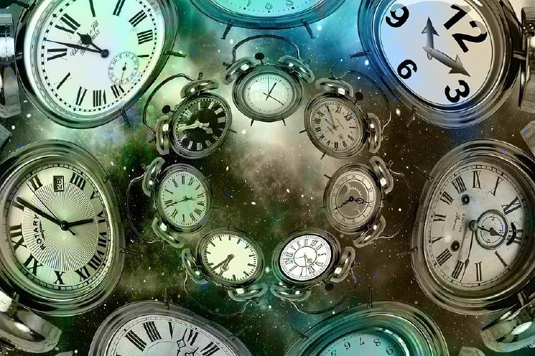 Relojes flotando en el universo