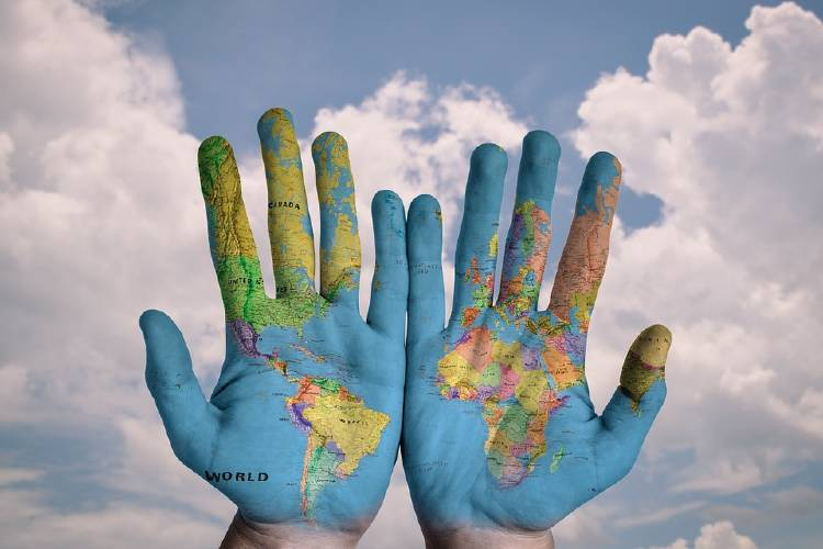 manos con un mapa pintado