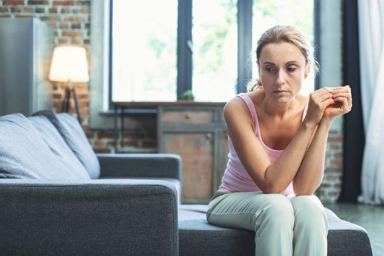 anemia mujer palida y preocupada
