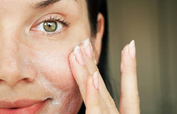 Una mujer lava su rostro