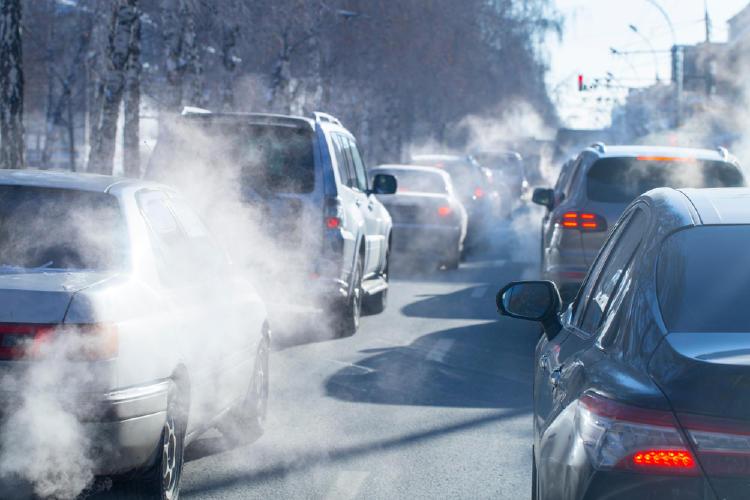 Trafico de vehículos generando mucha contaminación en el aire por el humo