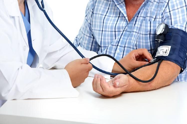 medico mide tension presion arterial de paciente