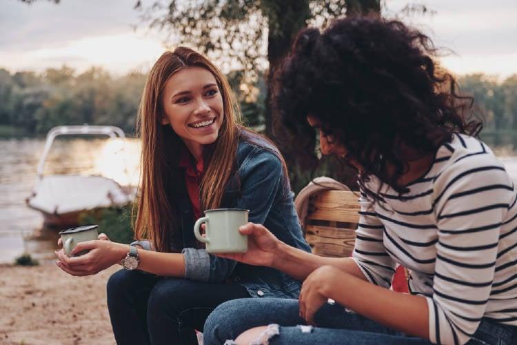 Dos mujeres conversan al aire libre