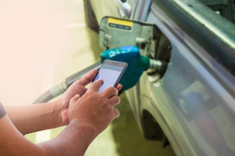 Es verdad que usar el celular en una gasolinera puede hacerla explotar