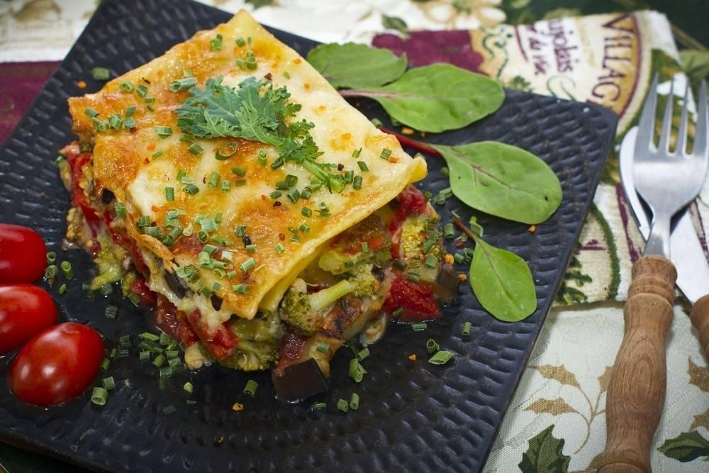Lasaña de brócoli y hongos con salsa de tomate