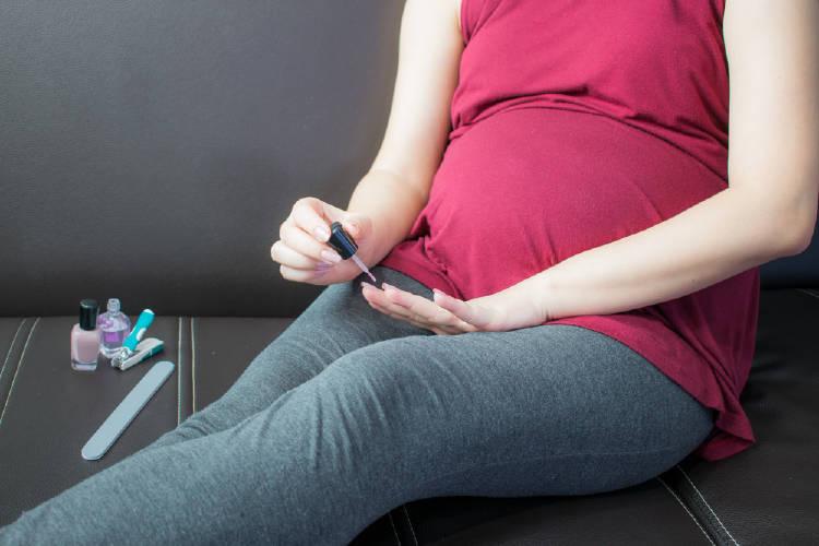 Pintarse las uñas estando embarazada