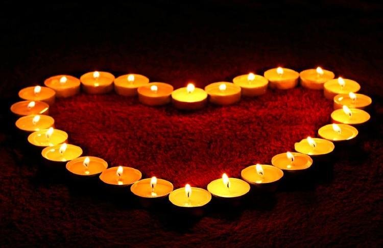 Velas dispuestas en forma de corazón