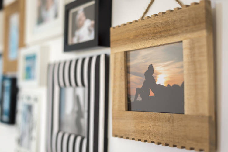 Fotografías colgadas en la pared