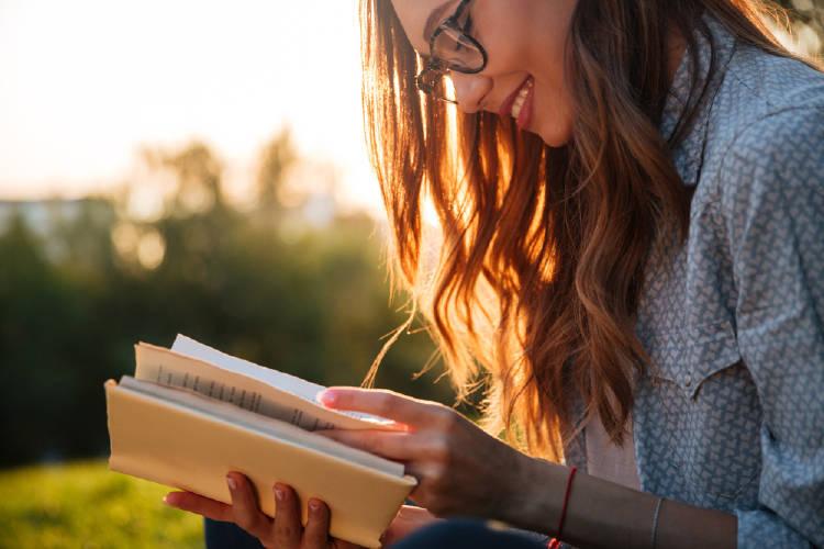 Una mujer leyendo al aire libre