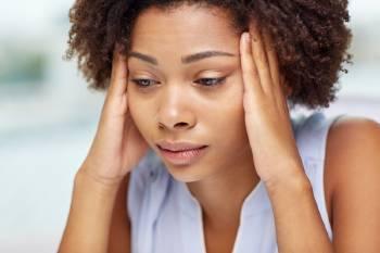 Una mujer con dolor de cabeza